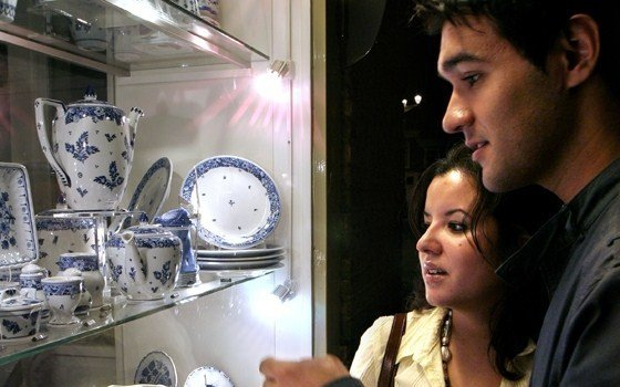 2596_fullimage_delft couple with blue earthenware.jpg_560x350.jpg