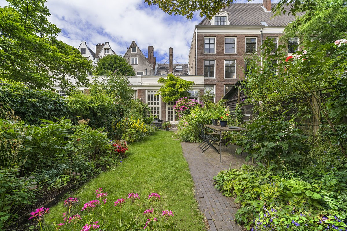 A_private_garden_on_the_Prinsengracht,_Photo_by_John_Lewis_Marshall.jpg