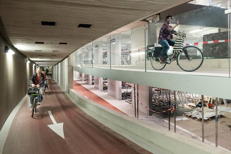 네덜란드 우트렉의 세계에서 가장 큰 자전거 주차장