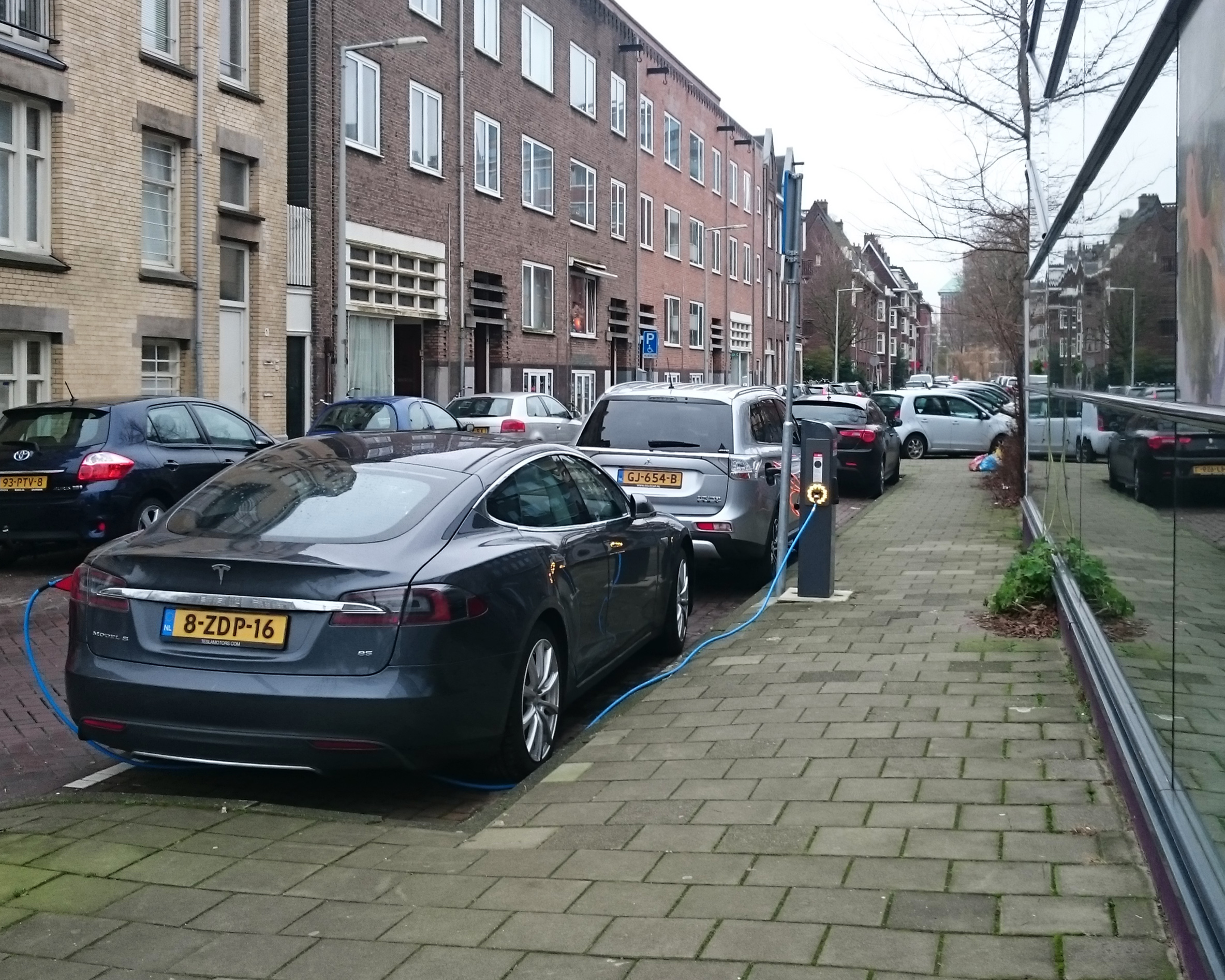 Cars_in_the_city-_electric,_Amsterdam_(33330608512).jpg